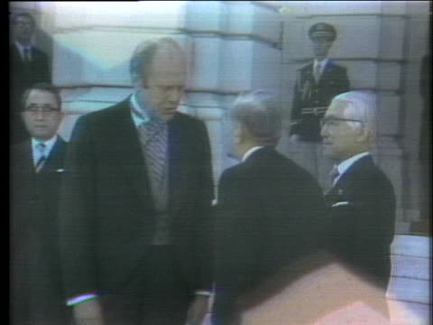 president gerald r. ford greets japanese emperor hirohito outside a guest house in tokyo. - 天皇点の映像素材/bロール
