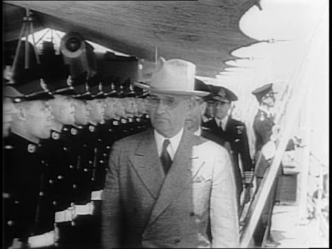 president harry s truman boarding british navy ship / side view of the hms renown / truman shaking hands with king george / truman inspecting british... - massenvernichtungswaffe stock-videos und b-roll-filmmaterial