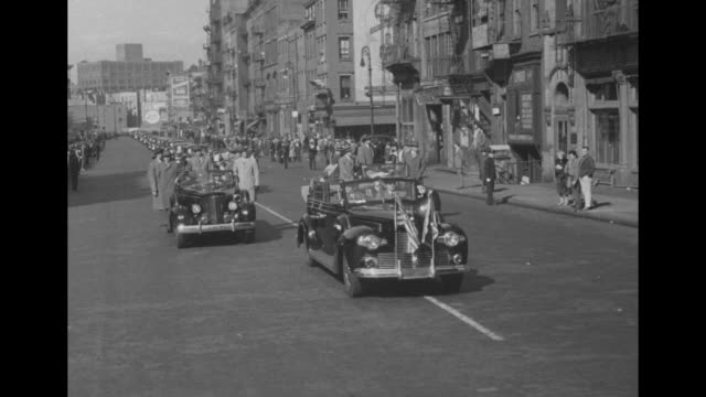 stockvideo's en b-roll-footage met vs president harry s truman's motorcade as it goes through nyc and across bridges then comes to a stop / ms crowd and a few police next to hotel... - geheime dienstagent