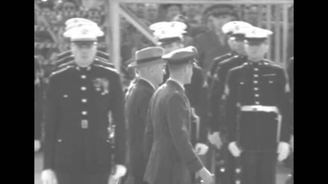 president harry truman and queen juliana of the netherlands review a us marine corps honor guard upon her arrival at washington national airport the... - aeroporto nazionale di washington ronald reagan video stock e b–roll