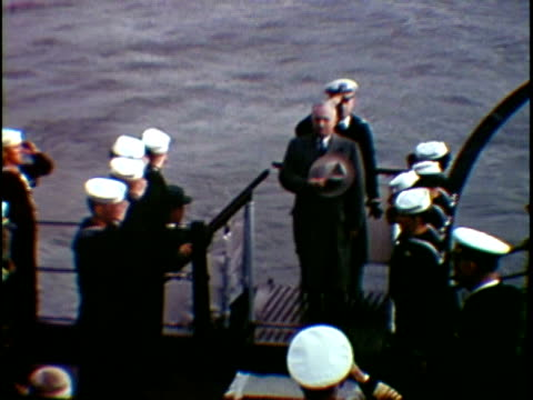 vídeos de stock, filmes e b-roll de ms ha president harry truman arriving on board of naval vessel greeting with army officers new york city new york state usa - traje completo