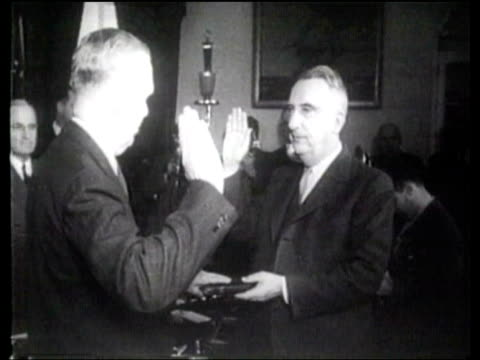 president harry truman shakes hands with george marshall after he is sworn in as secretary of state. - ハリー トルーマン点の映像素材/bロール