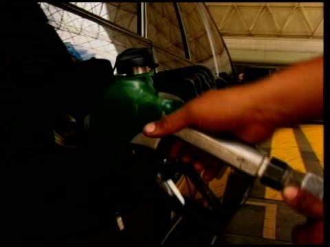 president hugo chavez and tensions with the us venezuela petrol pumps being used general view petrol station closeup digital display on petrol meter... - ウゴ・チャベス点の映像素材/bロール