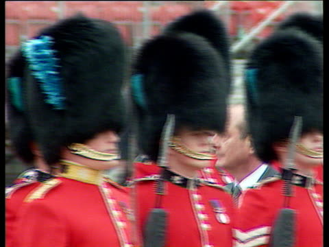 president jacques chirac seen though hats of grenadier guards during his presidential visit horseguards parade 14 may 96 - 近衛兵点の映像素材/bロール