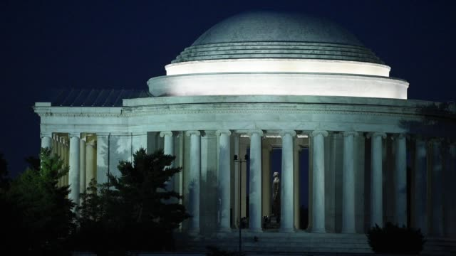 vidéos et rushes de president jefferson's statue is visible in the lighted jefferson memorial. - jefferson memorial