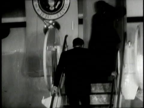 vidéos et rushes de president jfk climbing stairs and waving as he boards air force one / washington d.c., united states - président des états unis