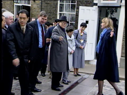 president jiang zemin of china and his wife stand on opposite sides of the greenwich meridian line during state visit to britain 20 oct 1999 - 経度点の映像素材/bロール