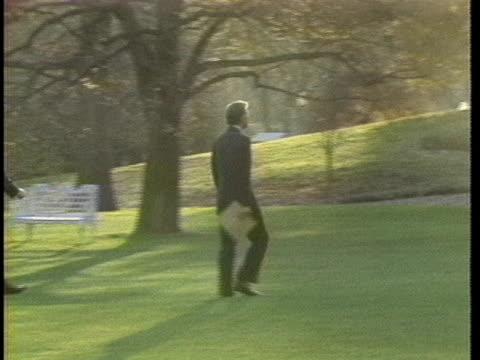 vídeos y material grabado en eventos de stock de president jimmy carter exits marine one and strides across the white house lawn. - paso largo