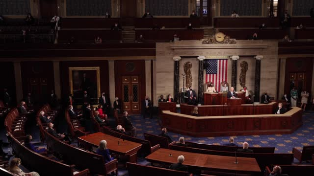 president joe biden addresses a joint session of congress in the house chamber of the u.s. capitol on april 28 in washington, dc. on the eve of his... - united states congress bildbanksvideor och videomaterial från bakom kulisserna