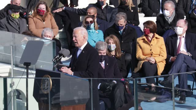 president joe biden delivers his inaugural address on the west front of the u.s. capitol on january 20, 2021 in washington, dc. during today's... - präsident der usa stock-videos und b-roll-filmmaterial