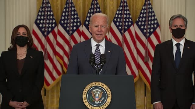 stockvideo's en b-roll-footage met president joe biden says he cannot guarantee the final outcome of the emergency evacuation from kabul's airport, calling it one of the most... - us president