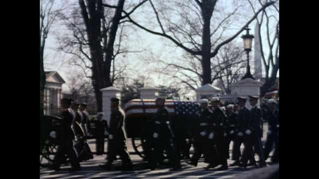 president kennedy's funeral procession / caisson leaving white house gate and turning right toward capitol / muffled drum unit naval contingent joint... - attentat auf john f. kennedy stock-videos und b-roll-filmmaterial