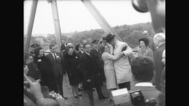 vidéos et rushes de president lyndon b johnson and first lady lady bird johnson on bridge above amistad dam / shake hands with president diaz ordaz and his wife... - entourer