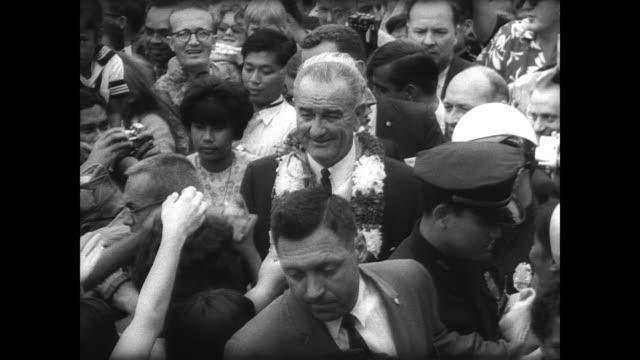 president lyndon b johnson arrives in honolulu / sign reading: 'aloha mr president' held by waiting crowd / president and lady bird johnson walk down... - samoa stock videos & royalty-free footage