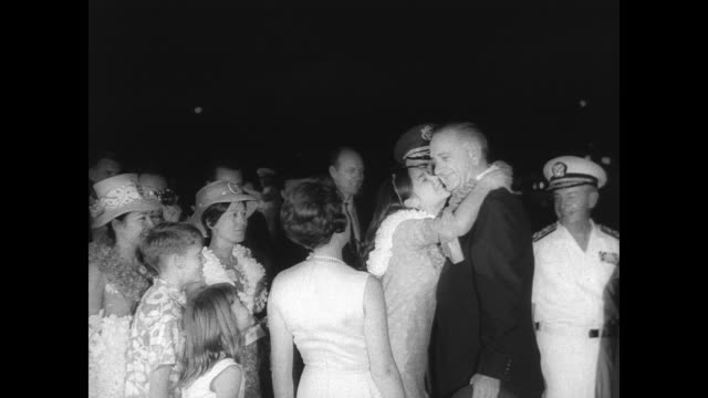 vídeos y material grabado en eventos de stock de president lyndon b johnson is greeted by crowd as he arrives at honolulu airport for a summit conference with south vietnamese leaders / johnson and... - general rango militar