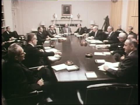 vidéos et rushes de us president lyndon b johnson meets with cabinet members at the white house - président