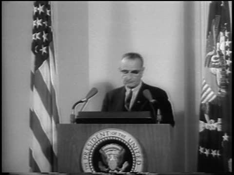 vídeos de stock, filmes e b-roll de president lyndon johnson approaching podium to make speech / gulf of tonkin resolution - 1964