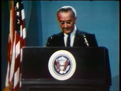 vídeos y material grabado en eventos de stock de president lyndon johnson making speech at podium / newsreel - only mature men