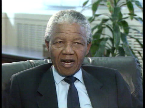 vídeos de stock, filmes e b-roll de president nelson mandela interview int ms thompson meets nelson mandela and shakes 2shot cms nelson mandela intvwd sot there are rightwingers in... - nelson mandela