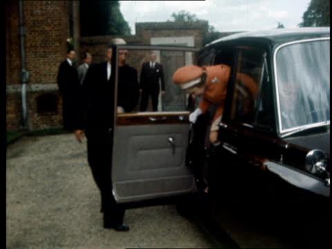 president nixon european tour: arrives in london / meets queen elizabeth ii; england: buckinghamshire: chequers: lms queen elizabeth ii in car r-l... - エドワード ヒース点の映像素材/bロール