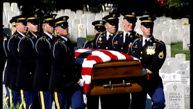 vídeos de stock e filmes b-roll de president obama discusses troops cuts with 2009 arlington national cemetery ext gvs funeral of specialist stephan mace military pallbearers carrying... - cemitério nacional de arlington
