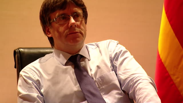 stockvideo's en b-roll-footage met president of catalonia carles puigdemont in his office in barcelona - assistent
