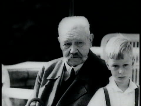 president of germany paul von hindenburg in civilian clothes w/ young boy ws paul von hindenburg in full uniform chancellor hitler in suit group of... - チャンセラー点の映像素材/bロール
