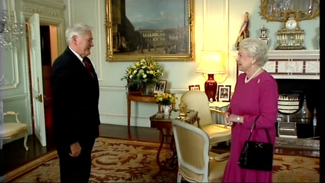 vídeos de stock, filmes e b-roll de president of lithuania at buckingham palace england london buckingham palace int lithuanian president valdas adamkus enters room and is greeted by... - 2008