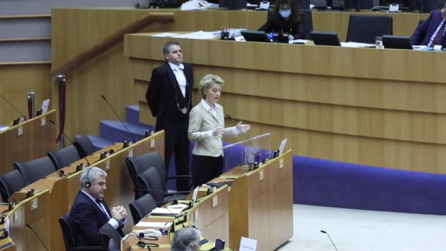 stockvideo's en b-roll-footage met president of the european commission ursula von der leyen delivers a speech in the european parliament on april 16 in brussels, belgium. due to the... - parlementsgebouw