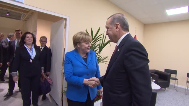 vidéos et rushes de president of turkey recep tayyip erdogan meets with german chancellor angela merkel on the sidelines of the cop21 united nations conference on... - 2015