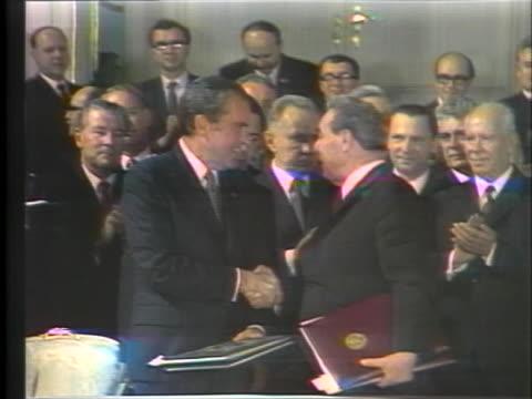president richard m. nixon and russian leader leonid brezhnev sign the arms and trade agreement in moscow, russia. - leonid brezhnev bildbanksvideor och videomaterial från bakom kulisserna