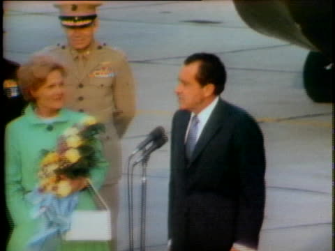 vidéos et rushes de president richard nixon and first lady pat nixon return to california after welcoming the apollo 13 astronauts back to earth after their dangerous... - 1970