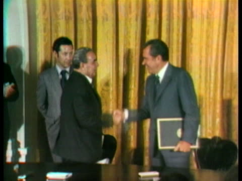 vídeos de stock e filmes b-roll de president richard nixon and soviet party chief leonid brezhnev shake hands after exchanging signed copies of an historic treaty that limits the... - leonid brezhnev