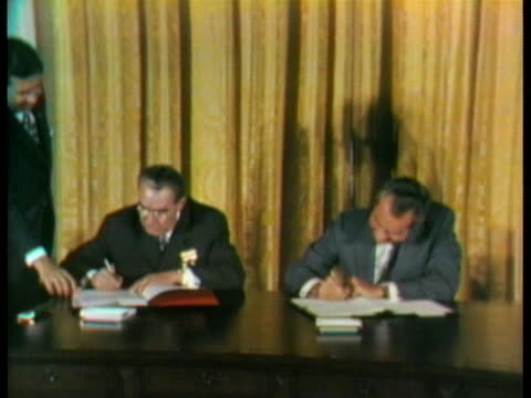 president richard nixon and soviet party chief leonid brezhnev sign a treaty that limits the chance of nuclear war. - レオニード・ブレジネフ点の映像素材/bロール