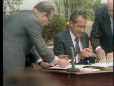 president richard nixon and the ussr's general secretary leonid brezhnev sign treaties during an outdoor session. - leonid brezhnev bildbanksvideor och videomaterial från bakom kulisserna