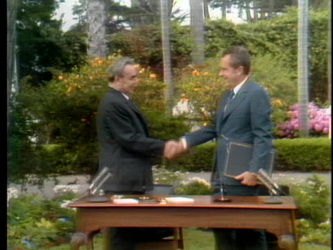 president richard nixon and ussr communist party general secretary leonid brezhnev shake hands after signing a treaty to prevent nuclear war. - レオニード・ブレジネフ点の映像素材/bロール