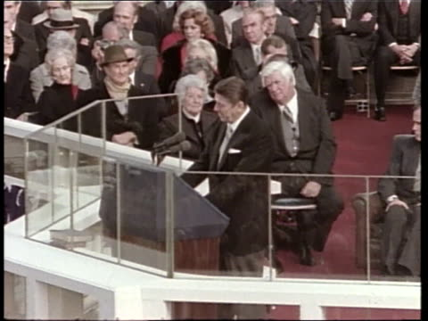 vídeos de stock, filmes e b-roll de president ronald reagan gives his inauguration speech - tomada de posse