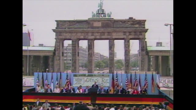 "president ronald reagan on visit to berlin gives famous speech ""mr gorbachev open this gate, mr gorvachev, tear down this wall"", 1987 - 1987 bildbanksvideor och videomaterial från bakom kulisserna"