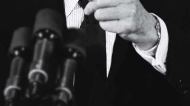 vídeos de stock e filmes b-roll de u.s. president ronald reagan points his finger at a reporter during a press conference. - guerra fria