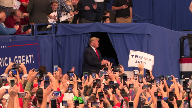 vídeos de stock e filmes b-roll de president trump greets his supporters upon arrival before campaigns for kentucky republicans at rupp arena november 4 2019 trump was supporting... - comício político