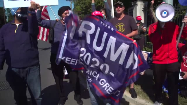 vídeos de stock e filmes b-roll de president trump supporters, chant trump, outside walter reed medical center, where he is being treated for coronavirus - partidário