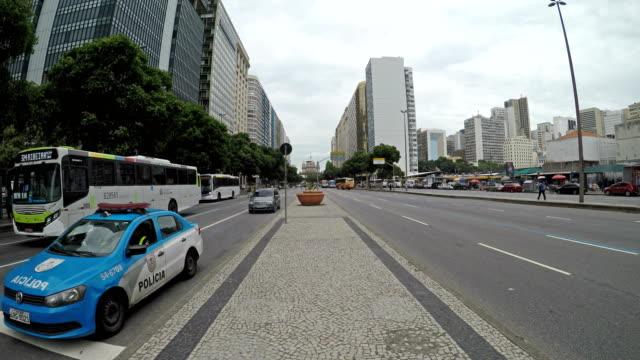 vídeos de stock, filmes e b-roll de avenida presidente vargas no centro rio - pista asfaltada