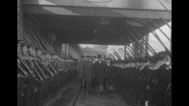 vídeos y material grabado en eventos de stock de us president woodrow wilson and entourage approach pass / wilson and british officials approach as they walk between rows of british sailors standing... - woodrow wilson