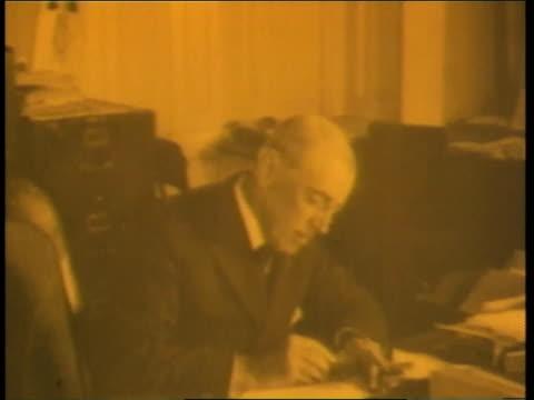vídeos y material grabado en eventos de stock de us president woodrow wilson signs a document declaring war - woodrow wilson