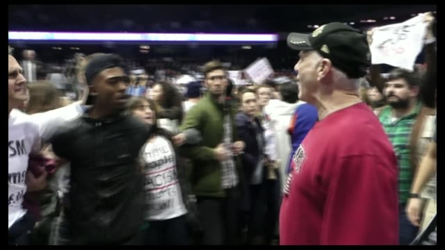 vídeos de stock e filmes b-roll de violence prevents trump rally in chicago / protester storms stage in ohio usa illinois chicagouniversity of illinois chicago int various of... - comício político
