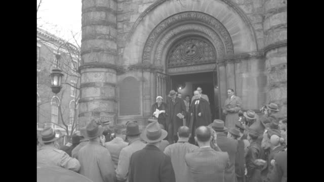 vidéos et rushes de ls presidentelect dwight d eisenhower and wife mamie eisenhower exit national presbyterian church with reverend dr edward l r elson rear view of... - protestantisme