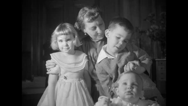vidéos et rushes de president-elect dwight eisenhower and wife mamie stand with their grandson, dwight david 2nd, under mistletoe / mamie with arms around grandchildren... - bercement