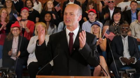 vidéos et rushes de 4k: rassemblement de campagne présidentielle aux etats-unis - le candidat s'adresse à ses partisans dans l'auditorium - politique