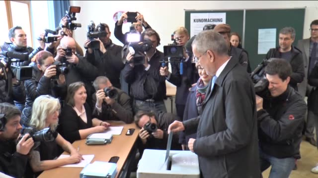 stockvideo's en b-roll-footage met presidential candidate alexander van der bellen casts his ballot for the austrian presidential elections at a polling station in vienna austria on... - oostenrijkse cultuur