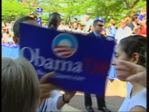 vidéos et rushes de presidential candidate barack obama autographs campaign signs for supporters. - élection